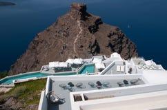 Romantisch terras amid Santorini-caldera, Egeïsche overzees Stock Fotografie