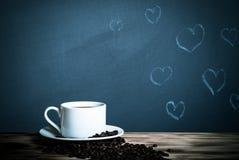 Romantisch thema op een bord achter een houten lijst met kop van Royalty-vrije Stock Fotografie