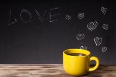 Romantisch thema op een bord achter een houten lijst met kop van Stock Fotografie