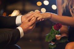 Romantisch voorstel in de stad Stock Afbeeldingen