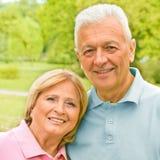 Romantische ältere Paare draußen lizenzfreie stockbilder