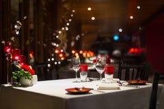 Romantische Abendesseneinrichtung, rote Dekoration mit Kerzenlicht in einem Res Stockbild