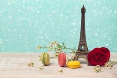 Romantische achtergrond met macarons en de toren van Eiffel De dag van de valentijnskaart `s Stock Foto's