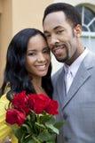 Romantische Afroamerikaner-Paare mit Rosen Lizenzfreie Stockfotos