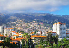Romantische Ansicht über Funchal und Berg im Rauche nebeln ein Lizenzfreies Stockbild