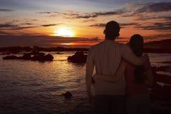 Romantische asiatische Paare, die schönen Sonnenuntergang genießen Stockfotografie