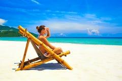 Romantische attraktive junge Frau auf dem Strand, der den Galan betrachtet Stockfotografie