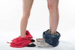 Romantische Beine und Schuhe eines Mannes und der Frau mit Kleidung unten Lizenzfreies Stockfoto