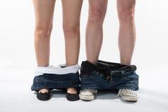 Romantische Beine und Schuhe eines Mannes und der Frau mit Kleidung unten Lizenzfreie Stockbilder