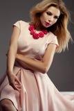 Romantische blonde Dame, die im Studio aufwirft Stockfotos