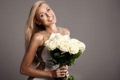 Romantische blonde Dame, die im Studio aufwirft Lizenzfreie Stockbilder