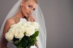 Romantische blonde Dame, die im Studio aufwirft Stockfotografie