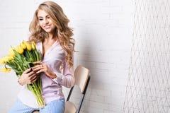 Romantische blonde Dame mit Blumen Lizenzfreie Stockfotografie