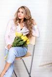 Romantische blonde Dame mit Blumen Stockbild