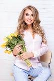 Romantische blonde Dame mit Blumen Stockbilder