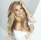 Romantische blonde vrouw Stock Foto's