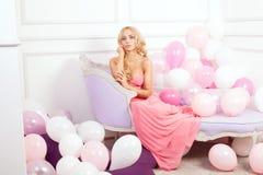 Romantische Blondineaufstellung Lizenzfreie Stockfotos