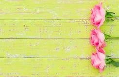 Romantische Blumengrußkarte mit rosa Rosen auf Holztisch, Draufsicht Stockfoto