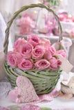Romantische bos van roze rozen in rieten mand Stock Afbeelding