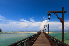 Romantische Brücke auf Seestrand Stockfoto