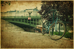 Romantische Brücke und Fahrrad in Paris. Weinlesefoto Stockfoto