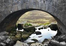 Romantische Brücke in Wicklow-Bergen stockbild