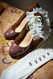 Romantische Braut des Zubehörs Schuhe, Haarspangen, Strumpfband Lizenzfreie Stockbilder