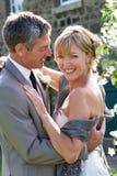 Romantische Braut und Bräutigam Embracing Outdoors stockbild