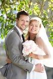 Romantische Braut und Bräutigam Embracing Outdoors stockfotos