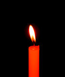 Romantische brennende Kerze im schwarzen Hintergrund Lizenzfreies Stockfoto