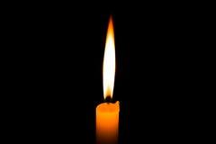 Romantische brennende Kerze im schwarzen Hintergrund Stockfotografie