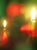 Romantische brennende Kerzen am grünen Hintergrund Stockbild