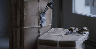 Romantische brieven op de lijst stock foto's