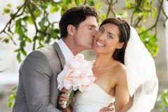 Romantische Bruid en Bruidegom Embracing Outdoors stock afbeeldingen