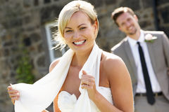 Romantische Bruid en Bruidegom Outdoors stock fotografie