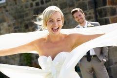 Romantische Bruid en Bruidegom Outdoors stock afbeeldingen