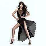 Romantische Brunetteschönheit, die schwarzes Kleid trägt Lizenzfreies Stockfoto