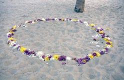 Romantische cirkel van bloemen bij het strand Royalty-vrije Stock Afbeeldingen