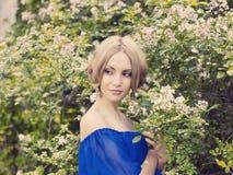 Romantische dame in de tuin Stock Afbeeldingen