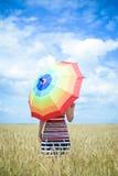 Romantische Dame, die herein Regenschirm und Stellung hält Stockfotografie