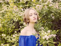 Romantische Dame im Garten Lizenzfreies Stockbild