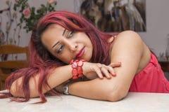 Romantische Dame im roten Anstarren Lizenzfreie Stockbilder