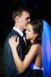 Romantische dans jonge bruid en bruidegom Stock Foto's
