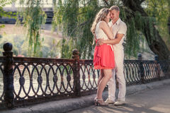 Romantische datum in park Royalty-vrije Stock Afbeeldingen