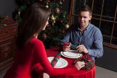Romantische datum van jong paar bij luxerestaurant Royalty-vrije Stock Afbeelding
