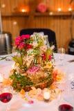 Romantische Dekoration von Blumen und von Kerzen mit Wein im Glas Stockfoto