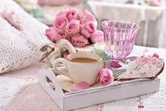 Romantische die koffie aan bed met bos van rozen wordt gediend Stock Fotografie