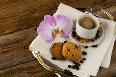 Romantische die koffie met orchidee op het dienende dienblad wordt gediend Royalty-vrije Stock Foto's