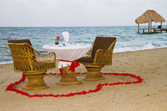 Romantische dineropstelling op strand Stock Afbeelding