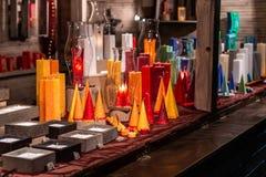 Romantische Duitse Kerstmismarkt met verlichte winkel voor kleurrijke kaarsen - schouw maker royalty-vrije stock foto